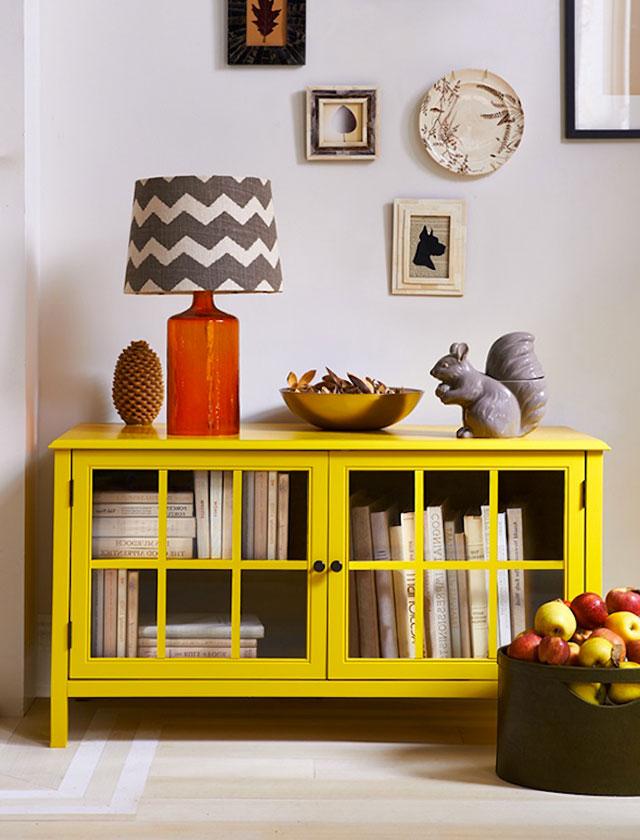 Mobiletto di colore giallo.