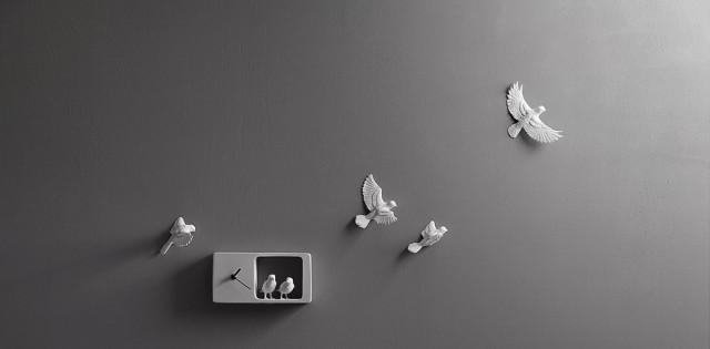 Immagine di orologio da parete di design Sparrow clock azzurro grigio.