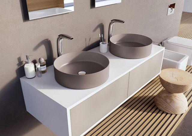 Aria lavabo e rubinetto finitura antracite.