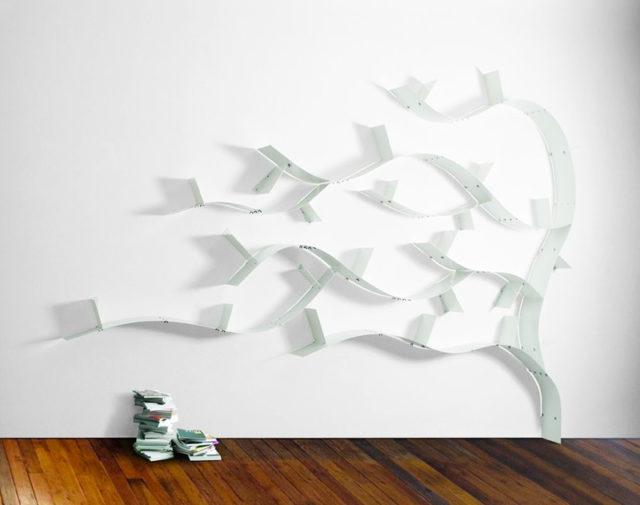 Libreria ad albero Wallboarding C in acciaio con mensole flessibili colore bianco.