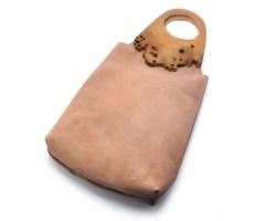 Borsa in pelle rosa con manici in legno di briccola.