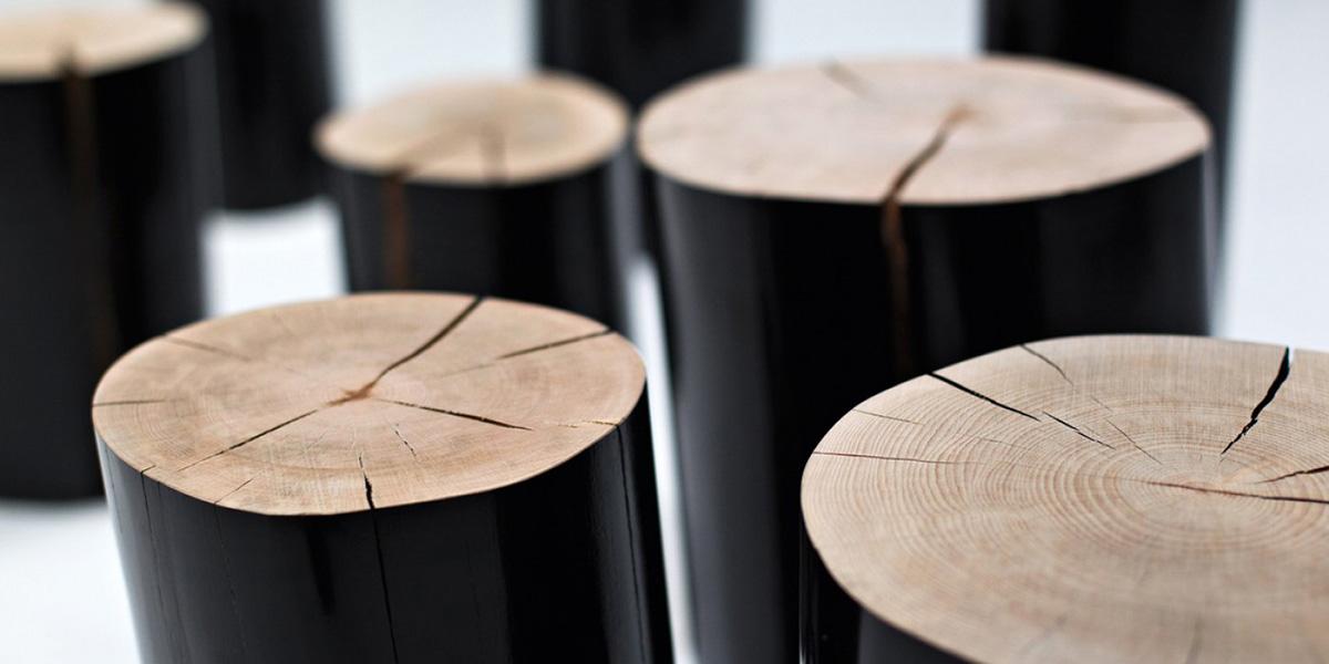 Semplice sgabelli realizzati da sezioni di tronco d albero u foto