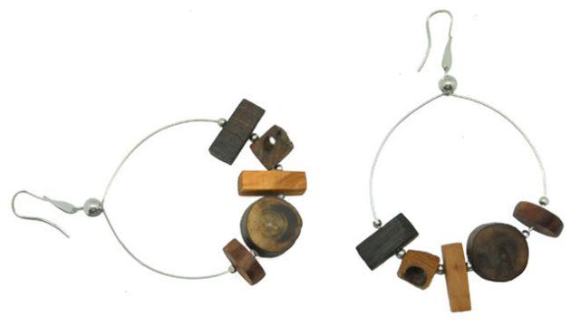 Orecchini in legno di briccola veneziana con applicazioni di argento.