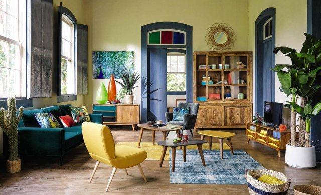 Soggiorno arredato con colori e fantasie tropicali.