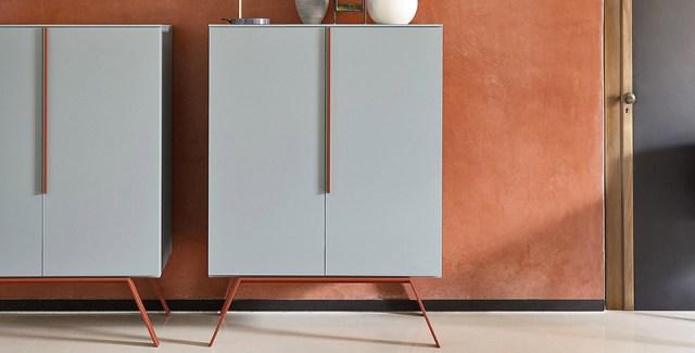 Novamobili madia Cleo colore grigio chiaro e dettagli arancioni.