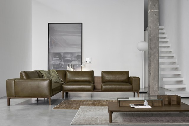 Place di Doimo Salotti - divano in pelle ad angolo marrone e tavolino frontale per soggiorno moderno.