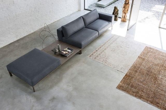 Place di Doimo Salotti - divano in pelle composizione lineare con tavolino e pouf.