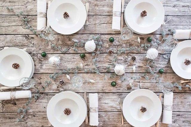 Tavola di Natale bianco artico e legno grezzo by Dalani.