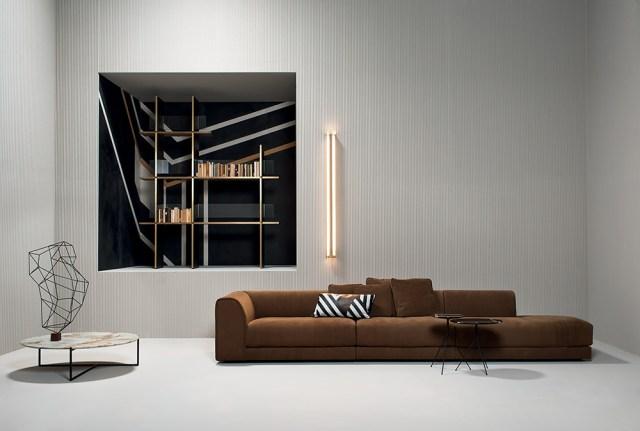 Baxter living moderno con divano marrone in stile di arredamento anni 70.