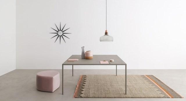 Desalto tavolo minimale e sottile modello Helsinki colore grigio cemento.