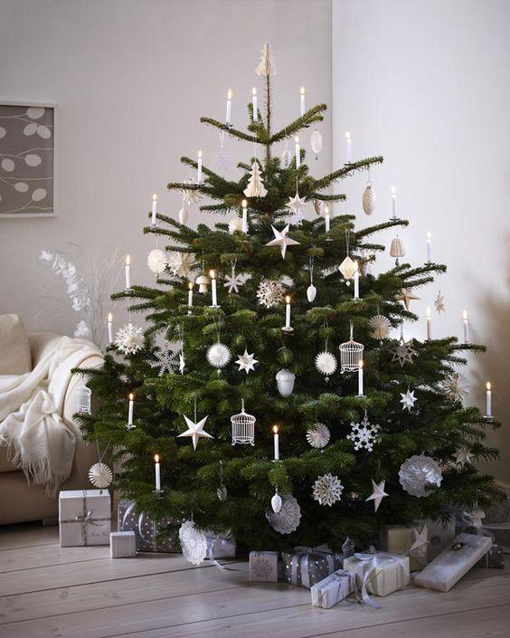 Plain interioris - christmas tree simply white and green.
