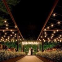 Casamento ao ar livre  com belas decorações, confira
