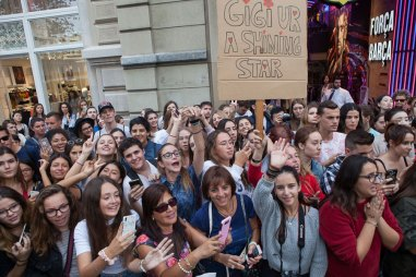 Barcelona-Gigi-Hadid-(8)