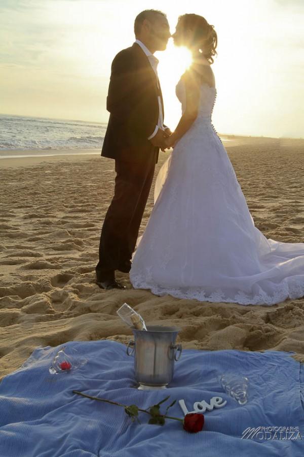 photo couple mariés trash the dress love session cap ferret village pecheur ocean se jeter à l'eau mer vagues chaussures bleu gironde by modaliza photographe-115