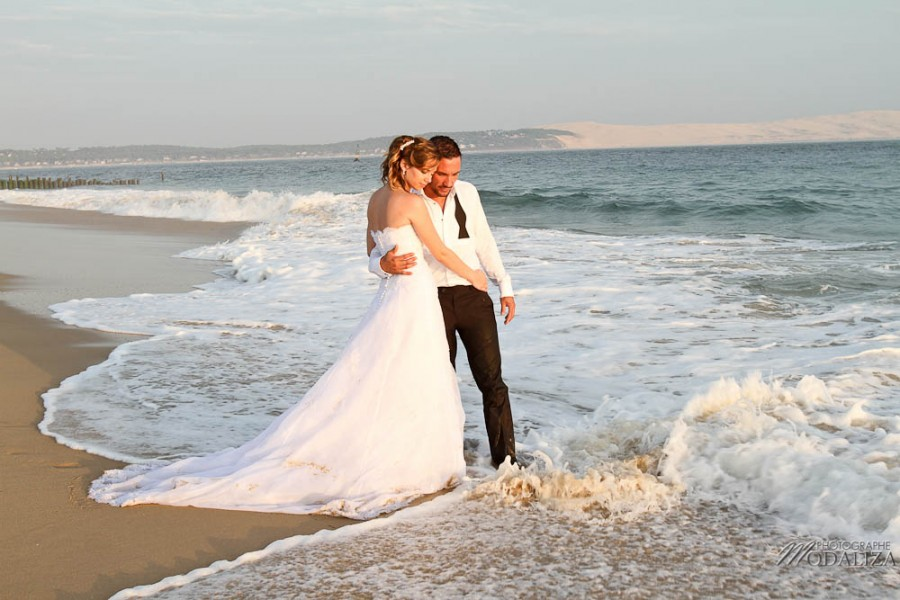 photo couple mariés trash the dress day after cap ferret village pecheur ocean se jeter à l'eau mer vagues chaussures bleu gironde by modaliza photographe-144