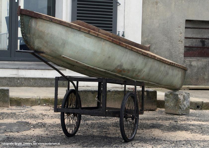 afbeelding Modarium moodboard Big Blue Denim 03 boot op kar Normandische kust