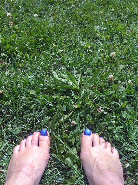 Modarium afbeelding van blote voeten in gras