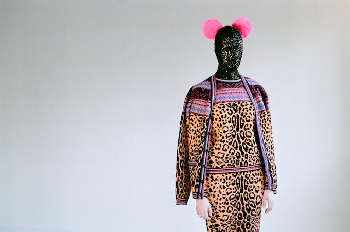 outfit van lamswol, A/W 2012 en carnavalsmasker, handgebreid met pailletten en kant, met DB pom poms van lamswol ©Tom Giddings voor Sibling