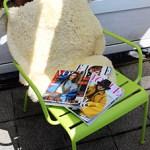 Modarium beeld van bladen op stoel uitgelicht