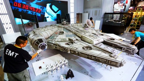 Hot-Toys-Millennium-Falcon-Full-Preview-2