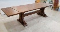 **ITEM NOW SOLD**Pottery Barn Extension Trestle Table. Comes with 2 leaves. 575.-