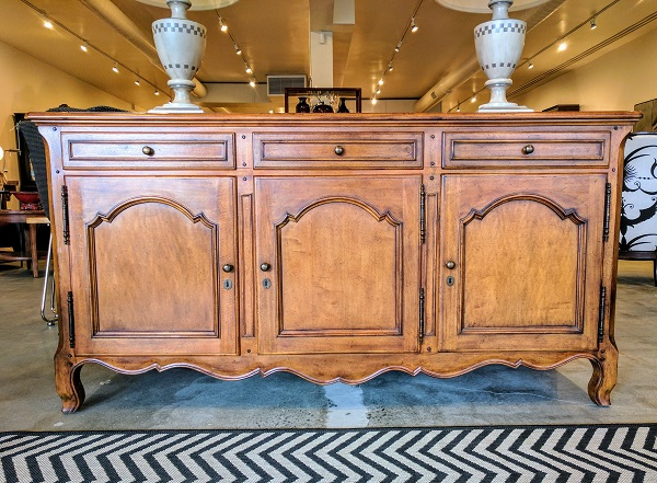 Milling Road (A division of Baker Furniture) Provincial Sideboard (discontinued style). 3 drawers, 3 cupboards. Original List: over $4000. Modele's price: 1950.-