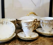 **ITEM NOW SOLD**Royal Crown Derby 'Vine Gold' Bone China-England. 101 pieces (plus).895.-/Set
