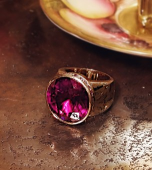14k yellow gold large ring with synthetic alexandrite and amethysts. 1950.-