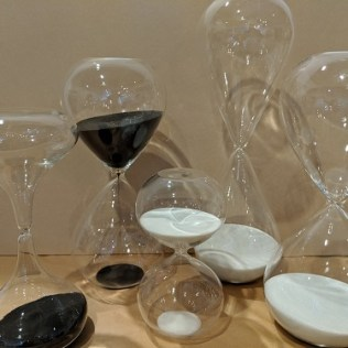 Hourglasses with either black or white sand.