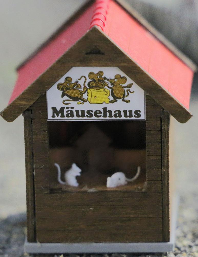 Mäusehaus im Zoo aufgebaut
