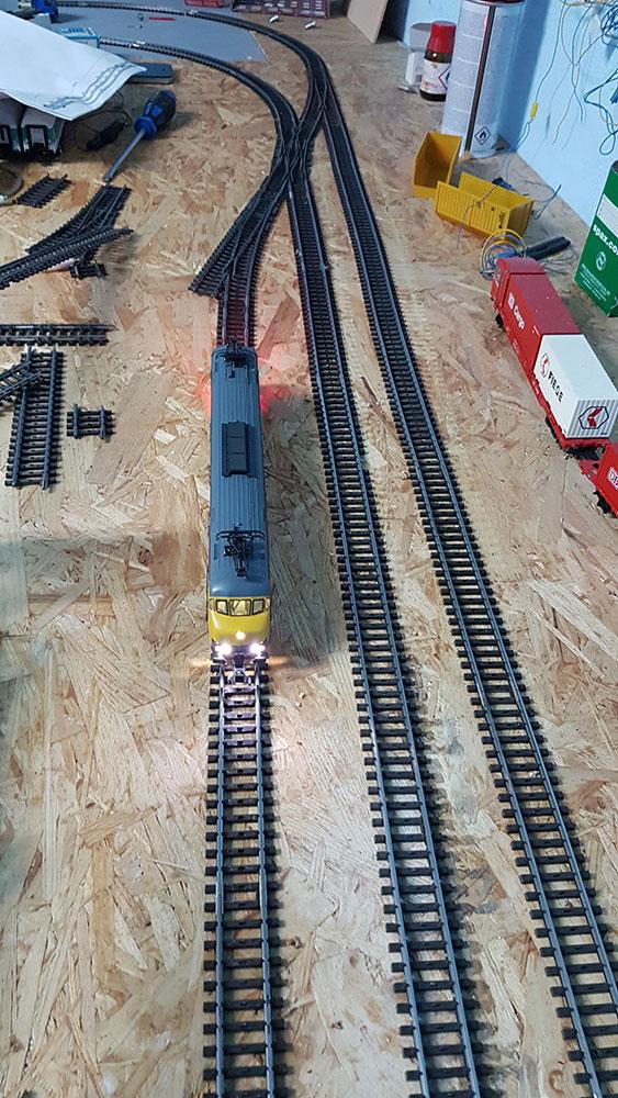 Neue Gleise auf der Modellbahn verlegt
