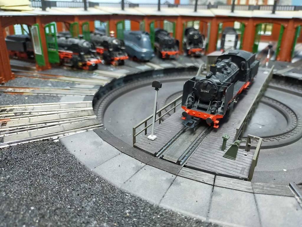 Im Lokschuppen auf der Modellbahn