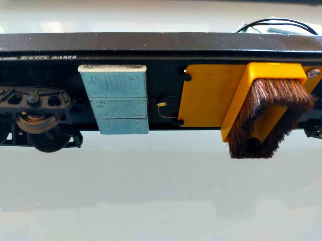 Anbringung der Gewichte am Boden des Lux Staubsauger-Wagens
