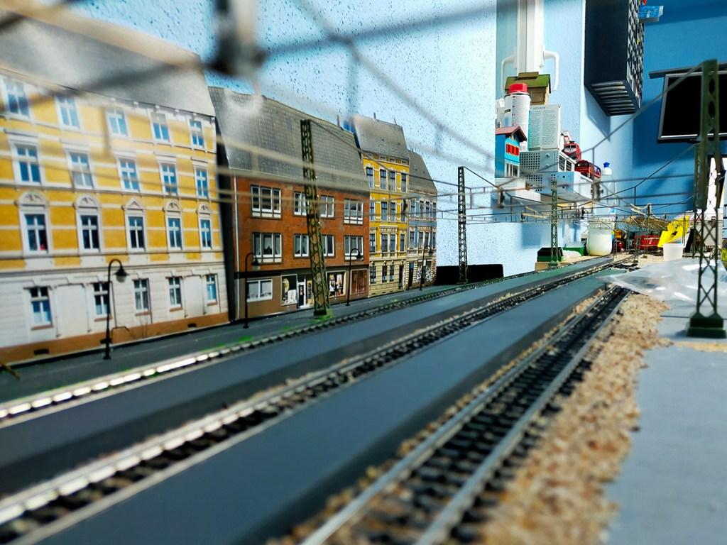 Verlegung der Oberleitung am Bahnhof Phillipsburg auf der Modellbahn-Anlage