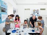 """""""Basteln mit Bartetzko"""" im Deutschen Architekturmuseum in der Ausstellung """"märklinMODERNE"""" (Bild: Moritz Bernoully)"""