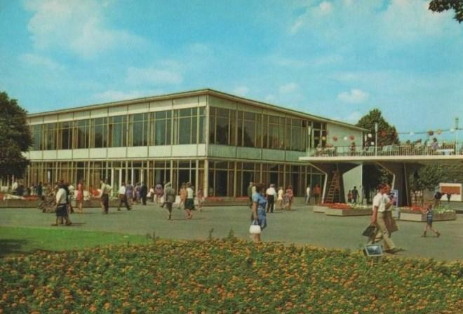 Erfurt, iga-Gelände, Zentralgaststätte mit Rendezvous-Brücke (Bild: Postkarte, Auslese Bild-Verlag, Bad Salzungen, um 1980)