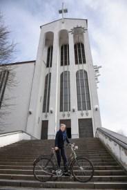 Frankfurt-Bornheim, Ina Hartwig mit einem Arcona-Fahrrad vor Heilig Kreuz (Bild: Andreas Beyer)