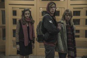"""Familienränke in einer Schule der Nachkriegszeit in einer Szene der Serie """"Dark"""" (Bild: Screenshot, Netflix)"""