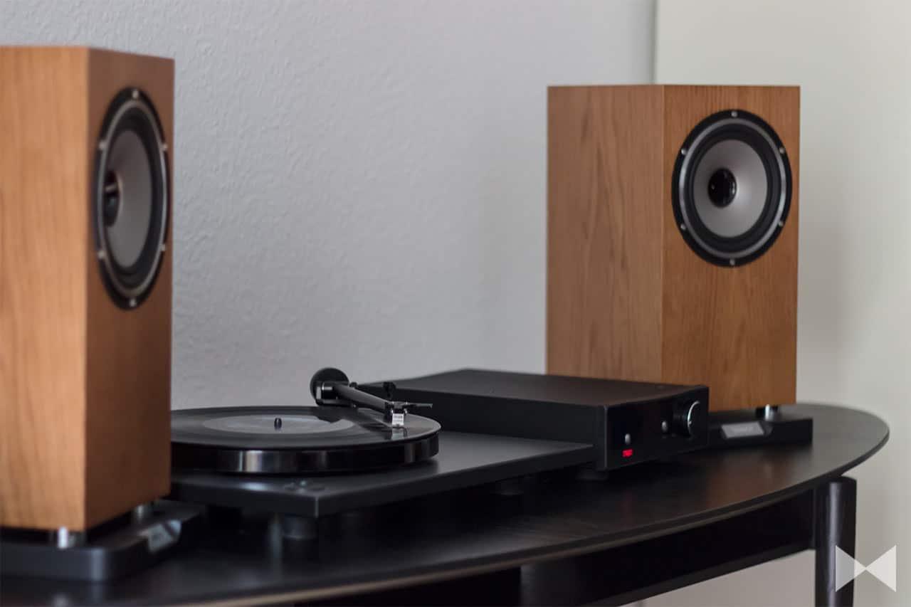 Plattenspieler Rega-RP1 mit Verstärker Regal Brio-R und Lautsprechern Tannoy Revolution XT 6