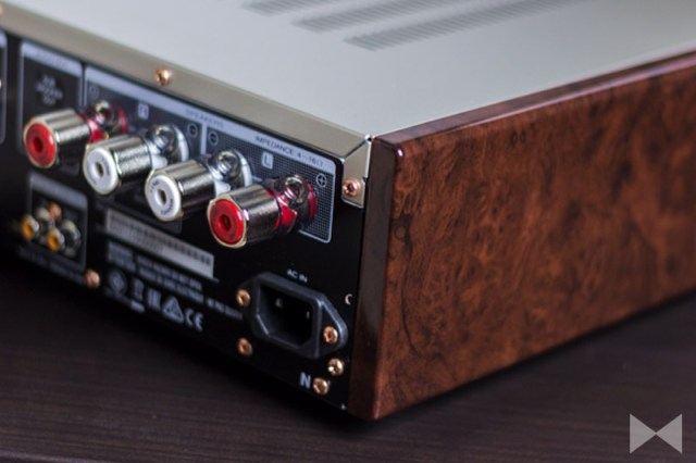 Marantz-HD-AMP1 mit Holzwangen