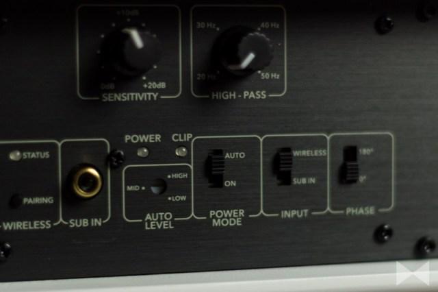 Raumfeld-Soundbar-Einstellungen auf der Rückseite des Gehäuses