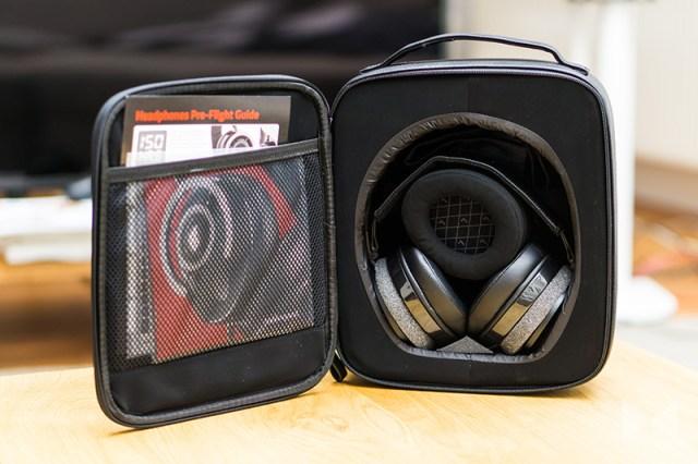 Audioquest Nightowl Lieferumfang mit zwei Paar Ohrpolstern, Softcase, zwei Stoffbeutel, Audioquest-Kabel, Adapter auf 6,3-mm-Klinke