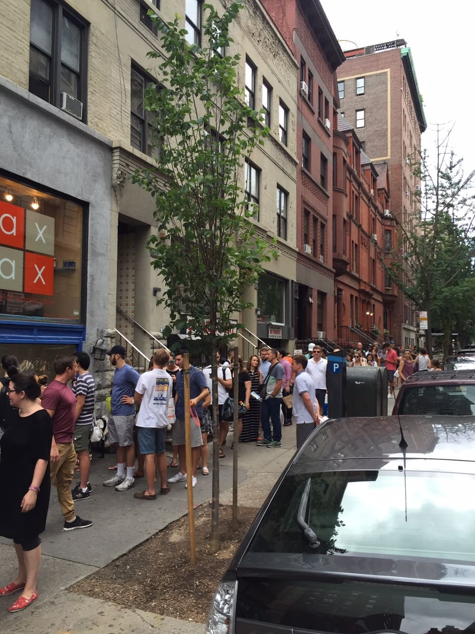 Line at Levain Bakery. Levain Bakery Dark Chocolate Peanut Butter Chip Cookies by Modern Honey l www.modernhoney.com