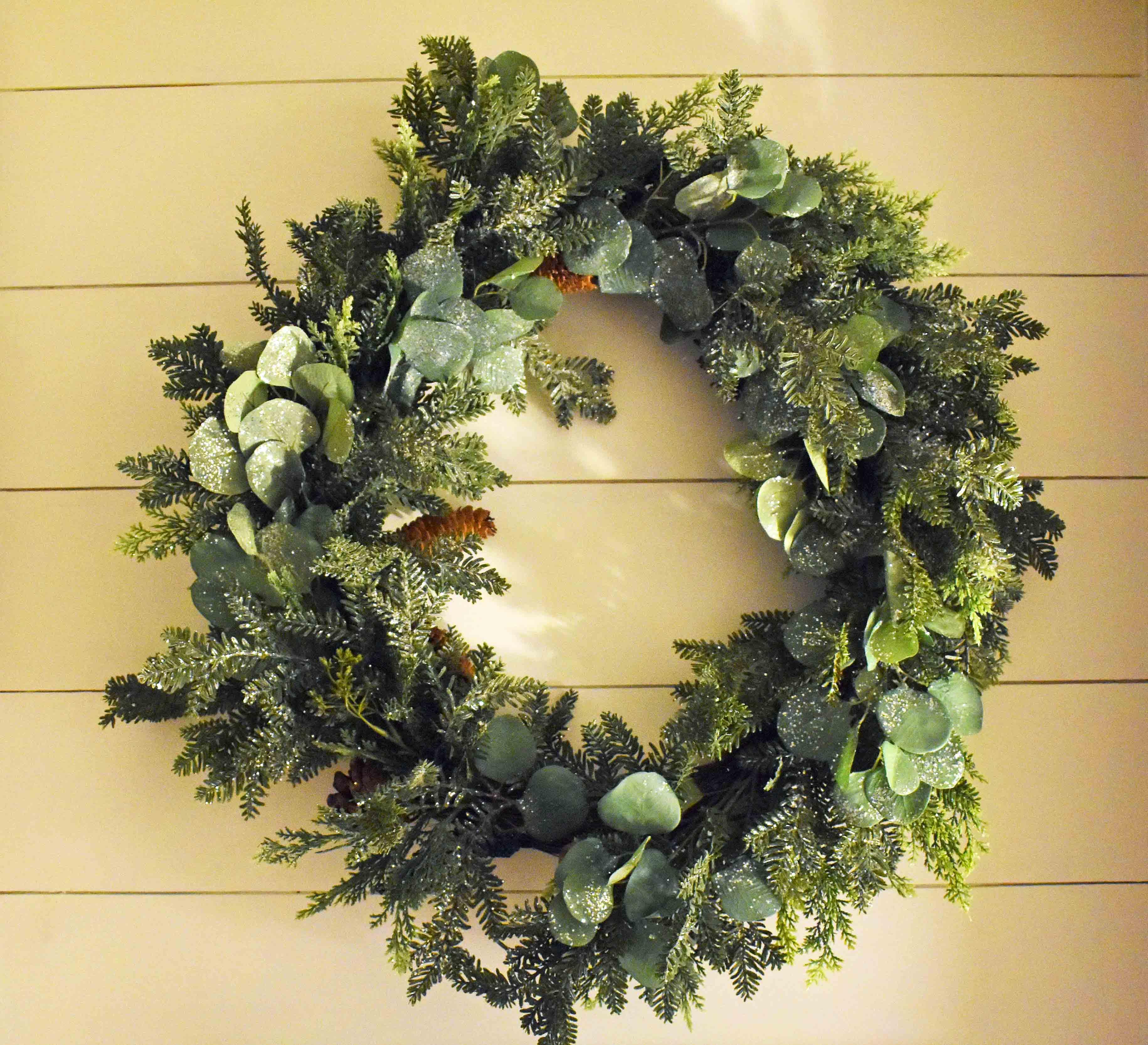 Christmas Tablescapes Ideas. Christmas Dining Room. Natural Christmas decor. www.modernhoney.com