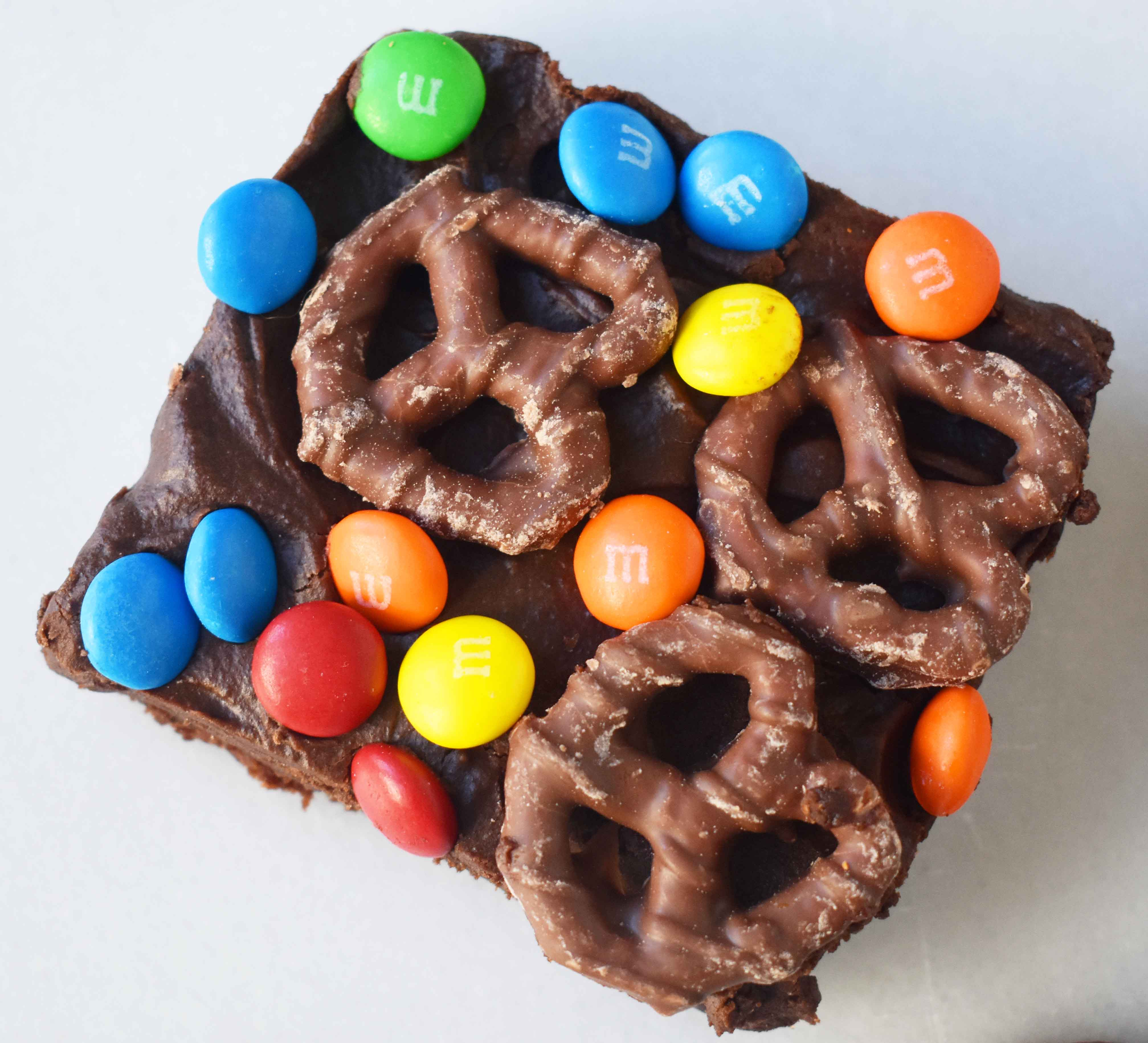Super Bowl Chocolate Covered Pretzel Brownies | Modern Honey