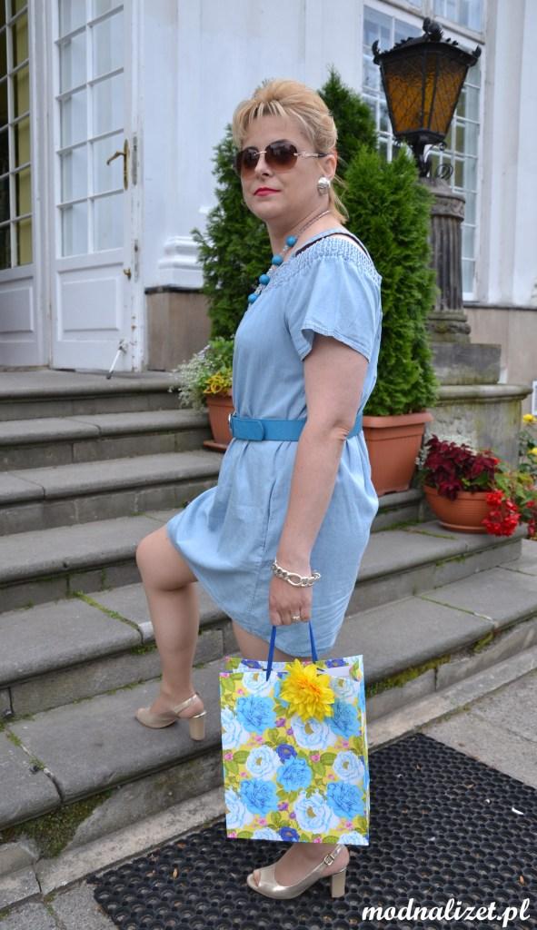 Modna Lizet przy schodach