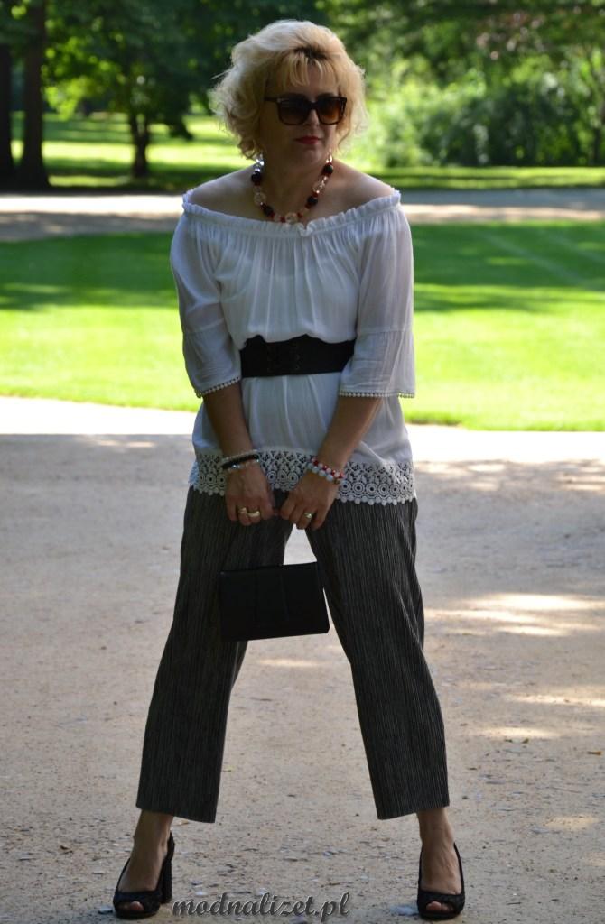 Modna Lizet stoi w parku