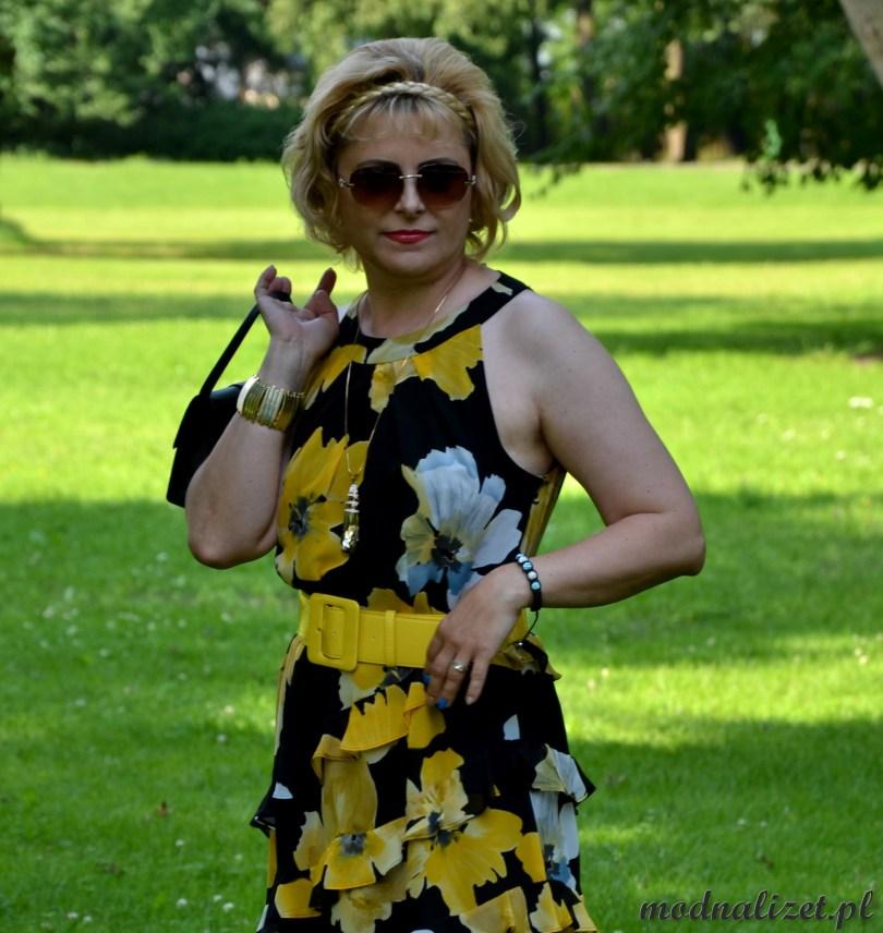 Modna Lizet stoi w sukience