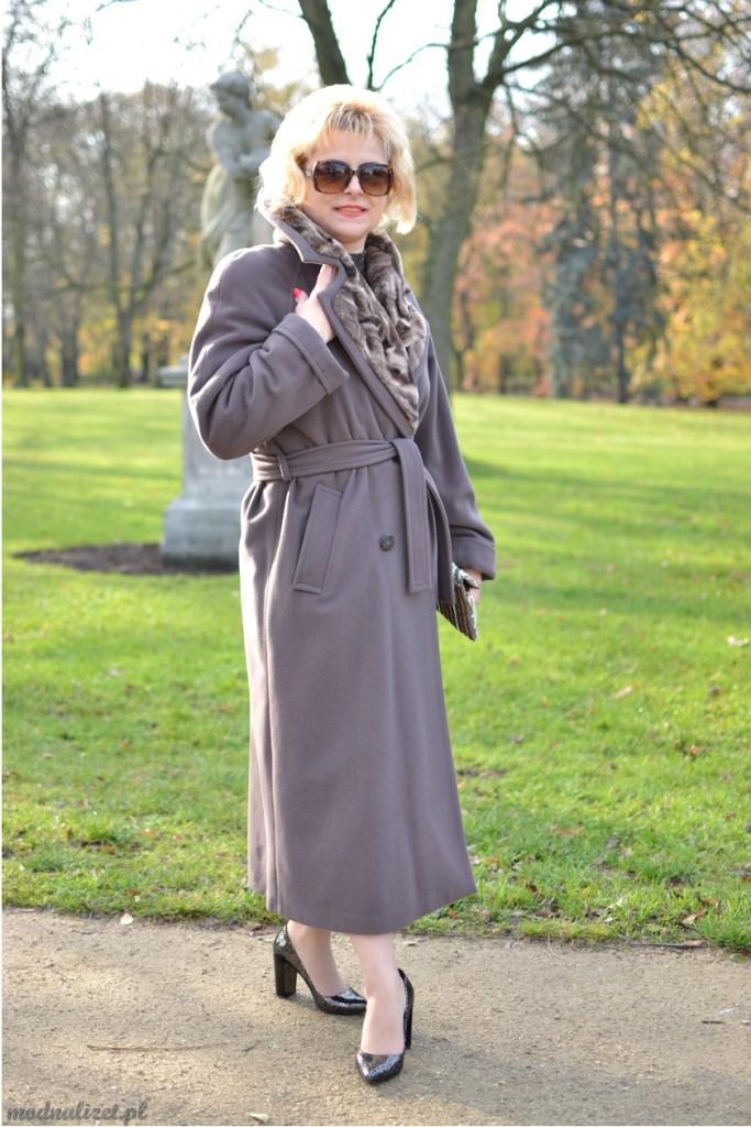Szary jesienny płaszcz