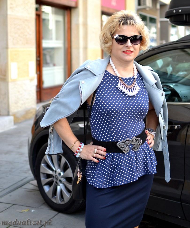 Niebieska bluzka w kropki i zamszowa ramoneska